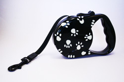 paw print retractable lead black